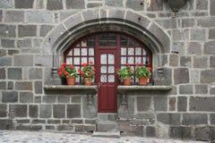 Een voordeur wordt geflankeerd door potten van bloemen (Frankrijk) Stock Fotografie