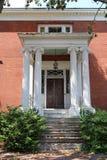 Een voorportiek van een klassiek koloniaal stijlhuis royalty-vrije stock foto's