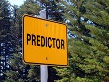 Een Voorspellersteken die de automobilist adviseren die een spoorwegspoorwegovergang naderen Stock Afbeeldingen