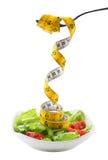 Een vork die een metende band van salade houden Stock Fotografie