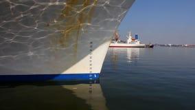 Een vrachtschip dokte in de haven stock video