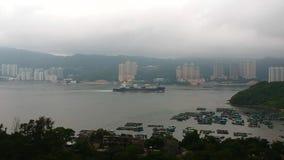 Een vrachtschip kruist Tung Wan Bay dichtbij Ma Wan Island, Hong Kong stock footage