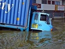 Een vrachtwagen in de vloed Royalty-vrije Stock Afbeeldingen