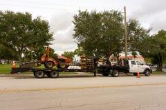 Een vrachtwagen die een slootheks in Florida slepen stock foto
