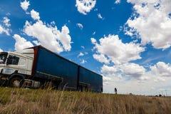 Een vrachtwagen die op een vlakke weg in de Vrije Staat, Zuid-Afrika drijven Royalty-vrije Stock Afbeeldingen