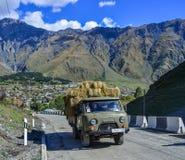 Een vrachtwagen dragend gras op bergweg royalty-vrije stock afbeeldingen