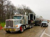 Een vrachtwagen het leiden overmaatse die lading bij een parkeerplaats in Ontario wordt geparkeerd Royalty-vrije Stock Afbeeldingen