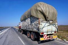 Een vrachtwagen levert katoen op de straat voor Lamia, Griekenland royalty-vrije stock foto