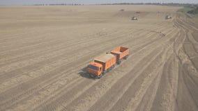 Een vrachtwagen met twee aanhangwagens laadde met tarwe, die over gebied reizen stock video