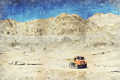 Een vrachtwagen op de wegwoestijn en de berg, India Digitaal Art Impa royalty-vrije stock afbeelding