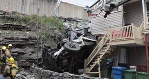 Een vrachtwagen rolde in een klip naar beneden en verpletterde in het huis stock footage