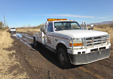 Een vrachtwagen van het Slepen redt een Geplakte Auto royalty-vrije stock fotografie