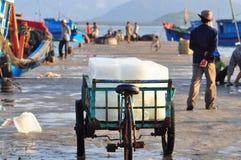 Een vrachtwagen van ijsbars voor het opslaan van verse vissen bij een lokale zeehaven in Vietnam Stock Foto