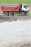 Een vrachtwagen voor het vervoer van materiaal voor het gebouw stock foto's