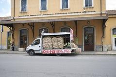 Een vrachtwagenhoogtepunt van knoflook stock foto