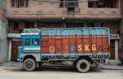Een vrachtwagenparkeren op straat in Amritsar, India Stock Foto