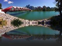 Een vredesbrug is een voetganger en fietsersbrug over de boogrivier in Calgary stock fotografie