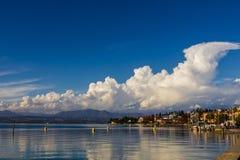 Een vreedzaam meer die op wolken, Meer Garda wijzen Royalty-vrije Stock Afbeeldingen