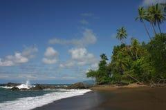 Een vreedzaam oceaanstrand Stock Afbeelding
