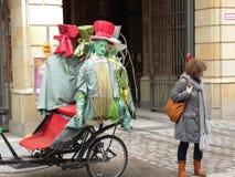 Een vreemd transportmiddel met grappige ledenpoppen op de straten van Berlijn stock fotografie