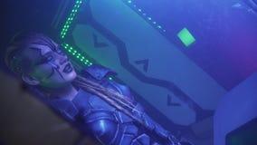 Een vreemdeling met witte ogen en dreadlocks bevindt zich in het overgehelde ruimteschip, 4k stock footage
