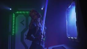 Een vreemdeling op het ruimteschip bevindt zich met lightsaber, 4k stock videobeelden