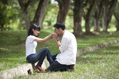 Een vriend het kussen girflfriend hand Royalty-vrije Stock Foto's