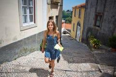 Een vrij jonge vrouw die op een straat in Lissabon loopt Stock Afbeelding