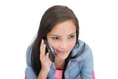 Vrouw die op haar cellphone spreken royalty-vrije stock fotografie