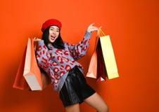 Een vrij jonge vrouw kleedde zich stylishly in een hoed met zakken na het winkelen royalty-vrije stock afbeeldingen