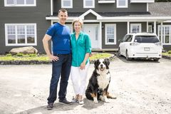 Een Vrolijk paar die zich voor nieuw huis bevinden royalty-vrije stock foto