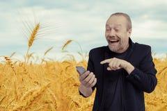 Een vrolijke, gebaarde, witte mens spreekt op de telefoon royalty-vrije stock foto
