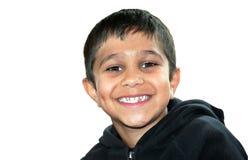 Een vrolijke jongen met een ingedeukte die glimlach op witte achtergrond wordt geïsoleerd Stock Afbeelding