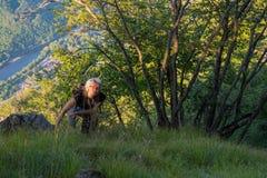 Een vrouw in aard met een mening van de Drina-rivier royalty-vrije stock fotografie