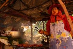 Een vrouw bereidt voedselstraat voor Stock Foto's