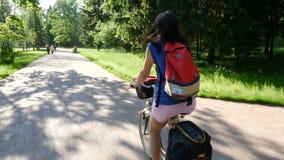 Een vrouw berijdt op de Fiets van het de zomerpark stock video