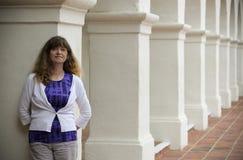 Een Vrouw bevindt zich Amid de Spaanse Architectuur van de Heroplevingsstijl Stock Afbeeldingen