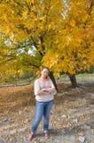 Een vrouw bevindt zich in een de herfstbos Stock Afbeeldingen