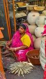 Een vrouw bij aardewerkwinkel in Jodhpur, India royalty-vrije stock foto's