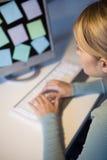 Een vrouw bij haar computer Stock Fotografie