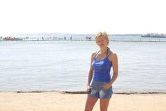 Een vrouw bij het strand Royalty-vrije Stock Fotografie