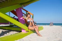 Een vrouw in bikini bij het strand van Miami Stock Foto
