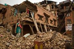 Een vrouw buiten haar aardbeving ruïneerde nu huis in Bhaktapur, Ne Royalty-vrije Stock Foto