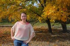 Een vrouw in de herfst in het bos Stock Fotografie