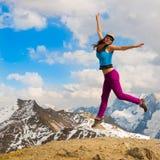 Een vrouw in de herfst van de bergdag Stock Afbeeldingen