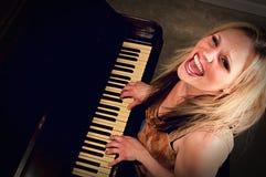 Een vrouw die de piano spelen stock afbeelding
