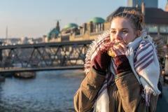 Een Vrouw die de snack van voedselvissen eten bij de haven van Hamburg stock afbeeldingen