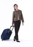 Een vrouw die een bagage trekt Stock Foto's