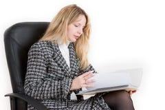 Een vrouw die een dossier leest Royalty-vrije Stock Afbeelding