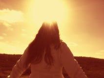Een vrouw die een geestelijk ogenblik ervaren stock foto